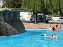 chicas bañandose en piscina de las termas de guaviyu